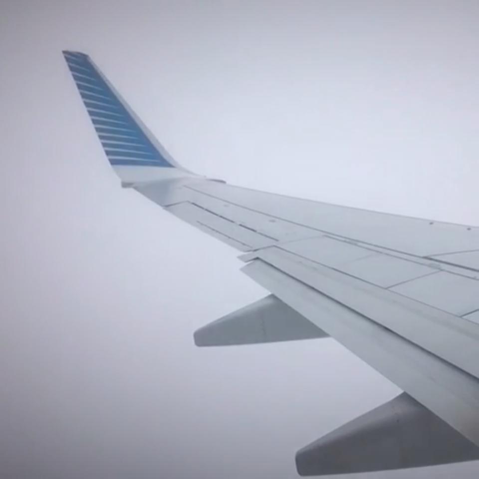 Intenta aterrizar entre la niebla y…