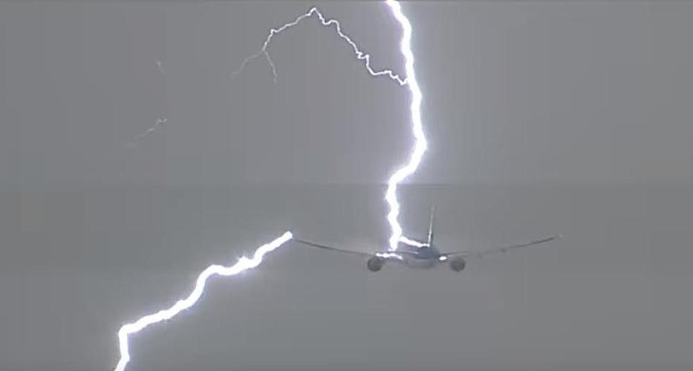 Y si un rayo impacta en un avión?